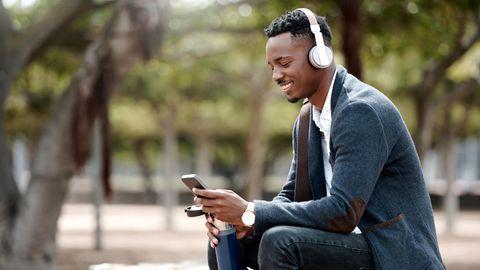 Mann hört mit Kopfhörern Musik