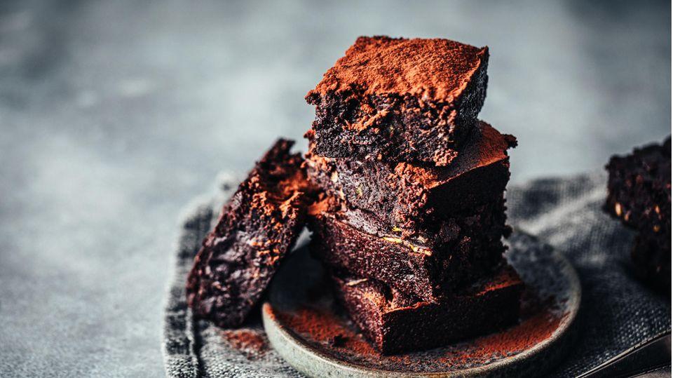 Diese Brownies sind außen hellbraun und innen dunkelbraun und stehen auf einem kleinen Teller