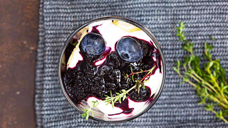 Rezept für ein erfrischendes Beeren-Frischkäse-Schichtdessert mit Keksen
