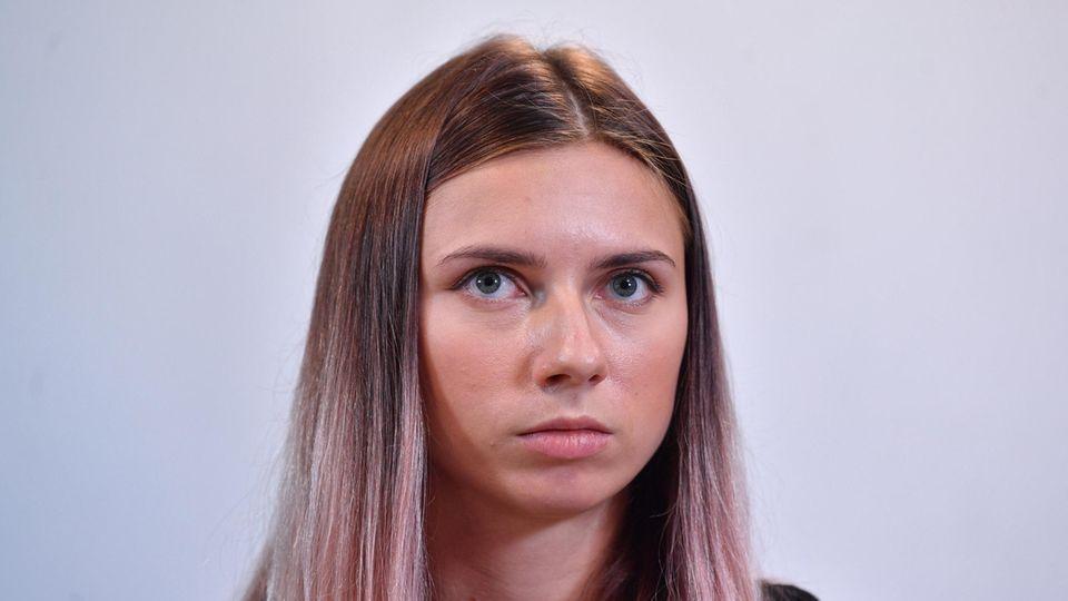 Polen, Warschau: Kristina Timanowskaja, Sportlerin aus Belarus, nimmt an einer Pressekonferenz teil