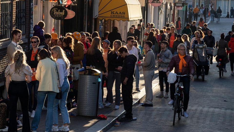 Niederlande, Amsterdam: Menschen im Stadtzentrum Amsterdams