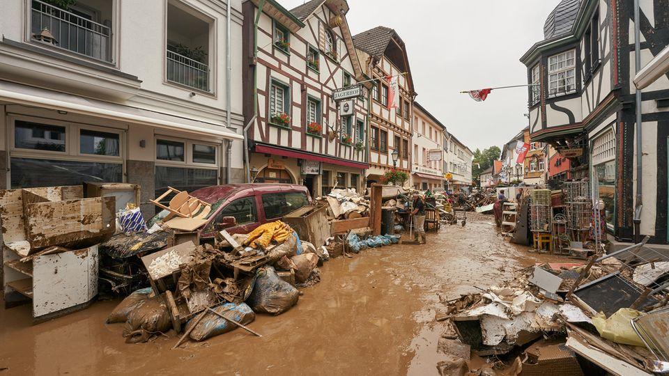 Anwohner und Ladeninhaber in Bad-Neuenahr-Ahrweiler (Rheinland-Pfalz)versuchen, ihre Häuser vom Schlamm zu befreien
