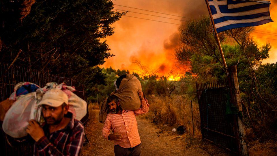 Afidnes, Griechenland.Menschen versuchen Teile ihrer Habe in Sicherheit zu bringen