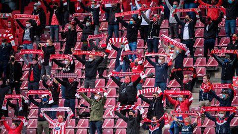 Zuschauer sitzen im Stadion beim 1. FC Köln auf der Tribüne