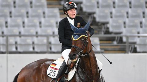 Fünfkämpferin Annika Schleu steht die Verzweiflung ins Gesicht geschrieben, als sieihr Pferd mit Sporen und Peitsche traktiert, um es zum Springen zu bewegen