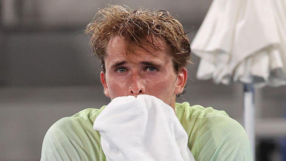"""Tennisprofi Alexander Zverev brachte nach einem für ihn ergreifenden Sieg einen kessen Spruch im Gespräch mit seinem Bruder. Erst hatte der Hamburger nach seinem Halbfinal-Coup über den serbischen Topstar Novak Djokovic selbst die Tränen nicht zurückhalten können. Tief bewegt hatte er minutenlang sein Gesicht mit dem Handtuch verdeckt. Dann witzelte der 24-Jährige in der Eurosport-Schalte mit Mischa Zverev: """"Hör auf zu heulen. Einer in der Familie reicht."""" Cool spielte Zverev zwei Tage später im Finale und kürte sich zum ersten deutschen Olympiasieger im Herren-Tennis."""