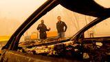 Der kalifornische Gouverneur Gavin Newsom begutachtet die Schäden des Dixie-Feuers in Plumas County. Nach einem extrem regenarmen Winter und geringer Schneedecke haben die Waldbrände im dürregeplagten Kalifornien in diesem Jahr ungewöhnlich früh angefangen.