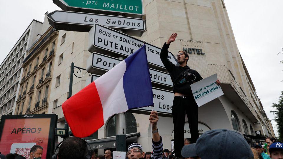 In Frankreich versammeln sich Menschen zu einem Protest gegen Impfungen und den Gesundheitspass