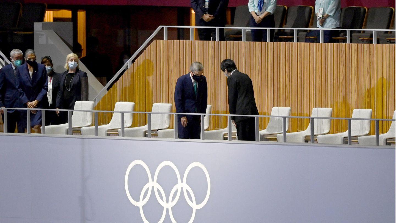 Japans Kronprinz Akishino (r) und der Präsident des Internationalen Olympischen Komitees, Thomas Bach, begrüßen sich