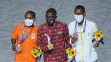 Die Siegerehrung für den Marathon der Männer findet während der Abschlusszeremonie statt