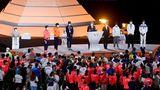 Der Präsident des Internationalen Olympischen Komitees, Thomas Bach (M)  zu den Sportlerinnen und Sportlern.