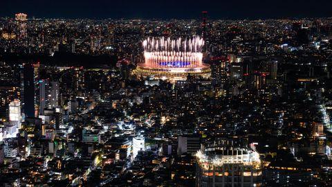 Ein Feuerwerk erleuchtet das Nationalstadion in Tokio.