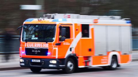 Ein Fahrzeug der Feuerwehr fährt bei einem Blaulichteinsatz über eine Straße in Berlin (Archivfoto)