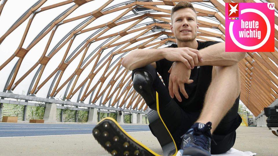 Markus Rehm, Paralympics-Sieger in Deutschland, sitzt auf einer Trainingsbahn
