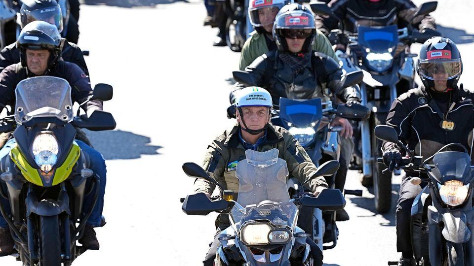 Brasiliens Präsident Bolsonaro bei einem Motorradkorso in Brasilia, wie meist ohne Maske: Der Staatschef hat lange die Gefährlichkeit von Covid-19 geleugnet und gilt als mitverantwortlich für die dramatische Lage im Land