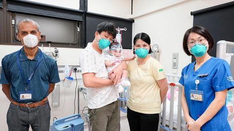 Kwek Yu Xuan mit ihren Eltern bei der Entlassung aus dem Krankenhaus