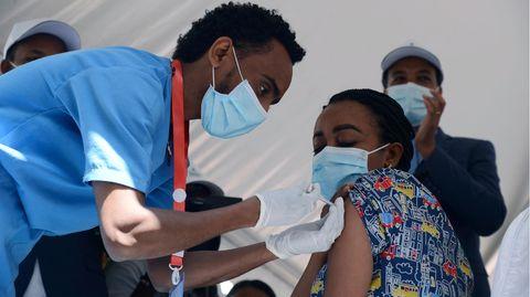 Eine Krankenschwester in Äthiopien wird geimpft.