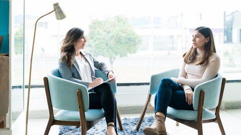 Therapeutin spricht mit Patientin