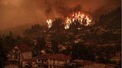 Nach Angaben der Bewohner gibt es kaum Unterstützung aus der Luft.Der griechische Zivilschutzchef Nikos Chardalias begründetdas mit den schlechten Bedingungen - die extrem starke Rauchentwicklung habe die Sicht derart eingeschränkt, dass manche Einsätze unmöglich seien.