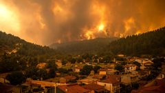 Vier Tage später, am 8. August, hat sich die Feuersbrunst ausgebreitet und marschiert auf die Ortschaft Gouves im Norden der Insel zu. Bis auf ein paar Häuser am Ortsrand bleibt der Ortskern verschont, weil Feuerwehrleute und Bewohner gemeinsam gegen die Flammen kämpfen.