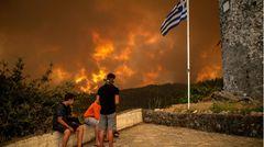Banger Blick auf das Inferno: Bewohner des Dorfes Gouves betrachten aus sicherer Position die Flammen, die auf ihr Dort zurollen.