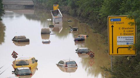Überflutete Bundesstraße in der Eifel