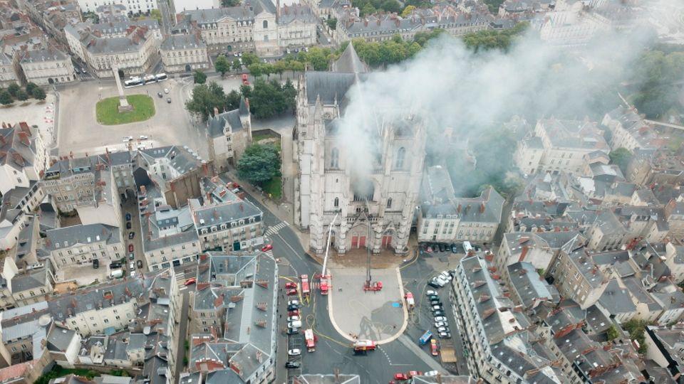 Rauch steigt aus dem Dach der Kathedrale von Nantes