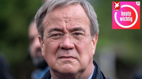 Ein weißer, älterer Mann mit angegrautem Seitenscheitel und randloser Brille schaut ernst