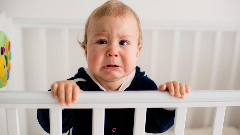 Brabbeln, krabbeln - und leider auch fremdeln  Das Baby ist bald ein Kleinkind. Es robbt und krabbelt bereits. Die U6, die Einjahresuntersuchung, naht. Der Kinderarzt schaut nun abermals, wie gut das Sprössling seinen Körper beherrscht. Es sollte jetzt mit gestreckten Beinen und geradem Rücken frei sitzen können. Viele Kinder können sich in diesem Alter bereits alleine in den Stand hochziehen und sich an den Möbeln entlanghangeln. Manche stehen sogar kurz, ohne sich festzuhalten, einige wenige laufen sogar schon einige Schritte. Der Arzt probiert auch aus, ob das Kind mit Daumen und Zeigefinger gezielt nach Gegenständen greifen kann. Wenn ja, dann kann es den Pinzettengriff ausüben.  Was Tante und Onkel nicht mehr begeistern wird: Das Baby mag vielleicht nicht mehr auf den Arm von jedem, es fremdelt. Einjährige tun das häufiger. Deshalb unterhält sich der Arzt mit den Eltern über Trennungsängste. Außerdem fragt er, wie sich das Kind sprachlich entwickelt und wie es sich im Alltag verhält. Reagiert es zum Beispiel nicht auf leise Geräusche, hört es schlecht. Der Arzt wird eine Hörprüfung empfehlen. Sieht das Kind schlecht oder schielt es, schickt er es zum Augenarzt.