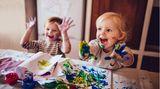 Trotz Trotzphase: Vierjährige schließen Freundschaften  Kommt das Kind gut mit sich und anderen klar? Das möchte der Arzt von den Eltern wissen. Er fragt zum Beispiel, ob das Kind noch in die Hose macht und ob es gut ein- und durchschläft. Er erkundigt sich, ob es leicht auf andere Kinder zugeht und ob es sich gut konzentrieren kann. Und er klärt, ob das Kind oft trotzig ist und sich oder anderen gegenüber manchmal aggressiv wird. Finden die Eltern und der Kinderarzt, dass sich das Kind auffällig verhält, sollten sie mit dem Arzt überlegen, was dem Kind hilft. Das gilt auch für die Sprache. Stammelt oder stottert das Kind oder kann es sich nicht richtig ausdrücken, sollten Eltern sofort gegensteuern. Eine fachgerechte Therapie hilft, die Sprachschwierigkeiten zu überwinden. So kann es ohne Scheu im Kindergarten kommunizieren. Andernfalls besteht die Gefahr, dass sich das Kind zurückzieht, aggressiv oder unsicher wird.