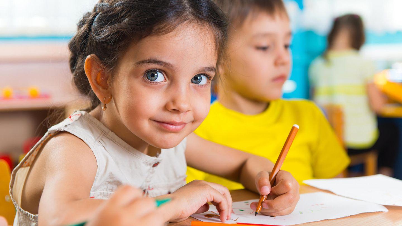 Reif für die Schule?  Endlich ein Schulkind sein - das fünfjährige Kind wünscht sich das sicher. Während der U9 untersucht der Kinderarzt, ob es diesen Schritt gut schaffen kann oder ob es noch Unterstützung benötigt, um dieses Ziel zu erreichen, etwa bei der Sprache oder der Motorik. Der Arzt erkundigt sich bei den Eltern, ob ihr Nachwuchs in letzter Zeit krank war. Er fragt, ob das Kind gut sprechen kann, ob es manchmal Atemprobleme hat oder ob es irgendwie ungeschickt oder auffällig ist. Anschließend horcht er Herz und Lungen ab. Dann testet er, wie gut das Kind sieht und hört.  Wie bei allen Früherkennungsuntersuchungen misst der Arzt erneut, wie groß das Kind ist, welchen Umfang sein Kopf hat und wie viel es wiegt. Er misst auch wieder seinen Blutdruck, analysiert den Urin und schaut sich das Skelett sorgfältig an. Außerdem erinnert der Arzt daran, die Impfungen gegen Diphtherie, Tetanus und Keuchhusten, wenn nötig, auffrischen zu lassen und dem Kind eine Kinder-Zahnpasta mit Fluorid zu geben.  Hüpfen, zeichnen und erzählen  Der Kinderarzt schaut sich an, wie kräftig das Kind ist, wie es sich bewegt und seine Füße hält. Normalerweise hüpft es jetzt mehrmals sicher auf einem Bein. Es kann auf einer Linie sicher vorwärts und rückwärts balancieren. Es fängt einen Ball mit beiden Händen. Der Arzt lässt es außerdem Kreise, Dreiecke und Quadrate zeichnen und sich selbst gemalte Bilder zeigen.  Der Arzt zeigt dem Kind auch Zeichnungen oder Fotos und lässt es einzelne Details benennen. Fällt ihm dabei auf, dass sich das Kind sprachlich verzögert entwickelt, wird er den Eltern empfehlen, ihren Sohn oder ihre Tochter bei einem Sprachtherapeuten anzumelden. Der Kinderarzt wird sich auch mit dem Kind unterhalten, Bilder besprechen und ihm vielleicht kleinere Aufgaben stellen: So gewinnt er einen Eindruck, wie sich das Kind sozial verhält und wie intelligent es ist.