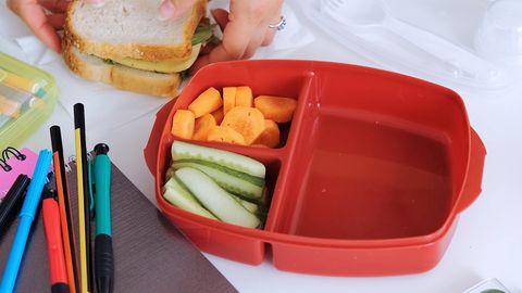 Eine Brotdose auf einem Schreibtisch.