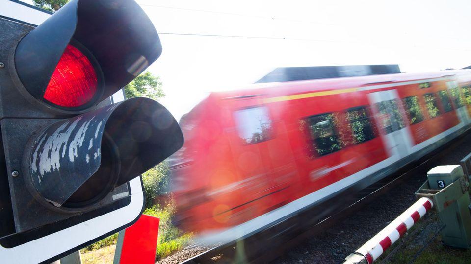 Rote Lichtzeichen mit Zug