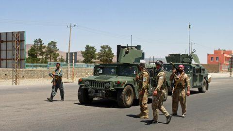 Afghanischen Sicherheitskräften patrouillieren am Stadtrand von Herat