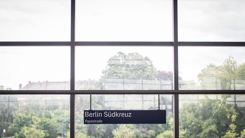 Hinweisschild Berlin Südkreuz in der Glashalle des Bahnhofs