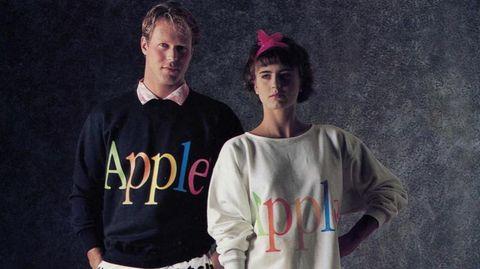 Zwei Models tragen Pullover aus der Apple-Modelinie