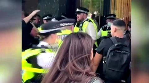 Corona-Demonstranten wollen falsches BBC-Gebäude stürmen