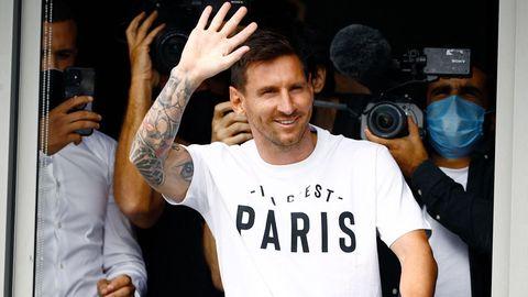 Da ist er: Lionel Messi ist mit viel Rummel und Getöse in Paris eingetroffen und winkt den Fans am Flughafen.