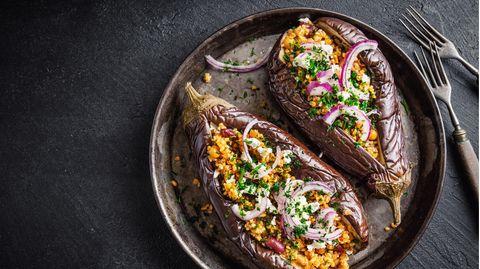 Sommerliches Rezept: Im Ofen gebackene Aubergine mit würzigem Couscous