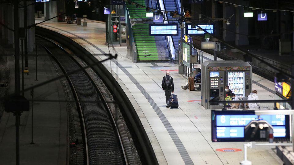 Die Deutsche Bahn streikt: Nur wenige Reisende am Hamburger Hauptbahnhof