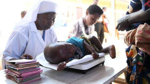 Ein Kleinkind wird im Waisenhaus von Gitega in Burundi gewogen. So soll eine mögliche Unterernährung und Wachstumsverzögerung erkannt werden