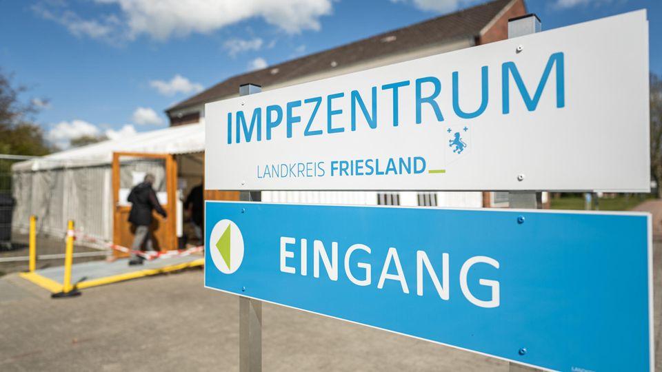 Eine ältere Dame betritt das Impfzentrum Landkreis Friesland