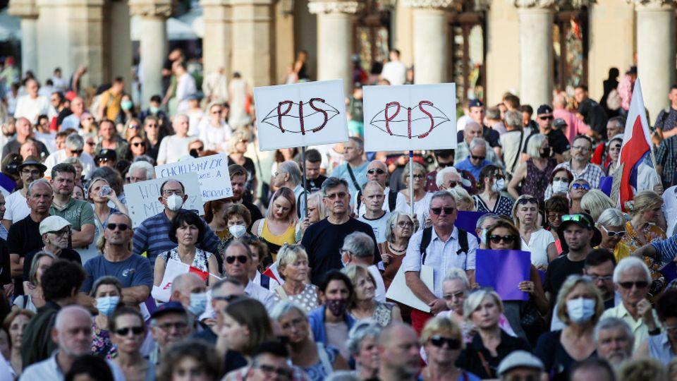Menschen nehmen in Krakau an einer Demonstration gegen die Änderung des Rundfunkgesetzes teil