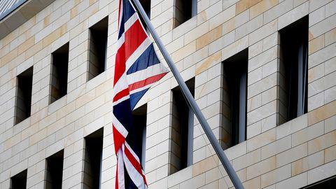 Die britische Flagge, der Union Jack, hängt an der britische Botschaft in Berlin