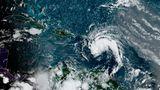 Ein Satellitenbild zeigt einen Sturm als weißen Wirbel, der von Südosten auf die Karibik zukommt