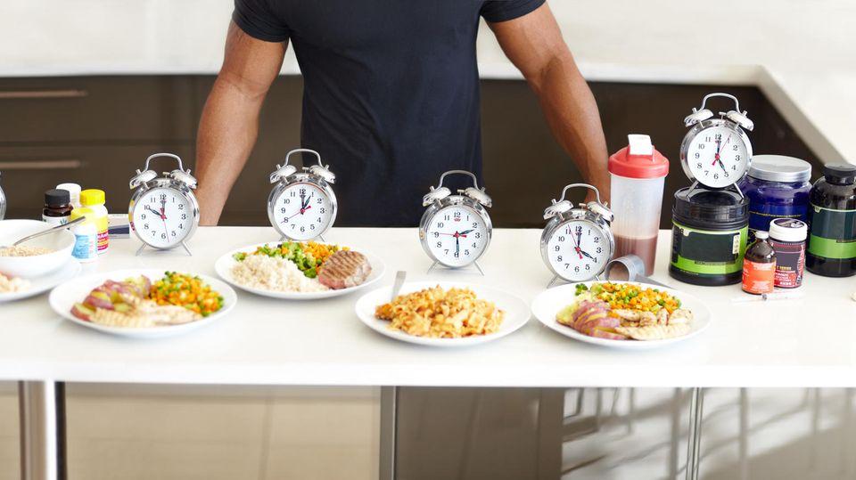 Ein Tisch mit verschiedenen Tellern und Essen