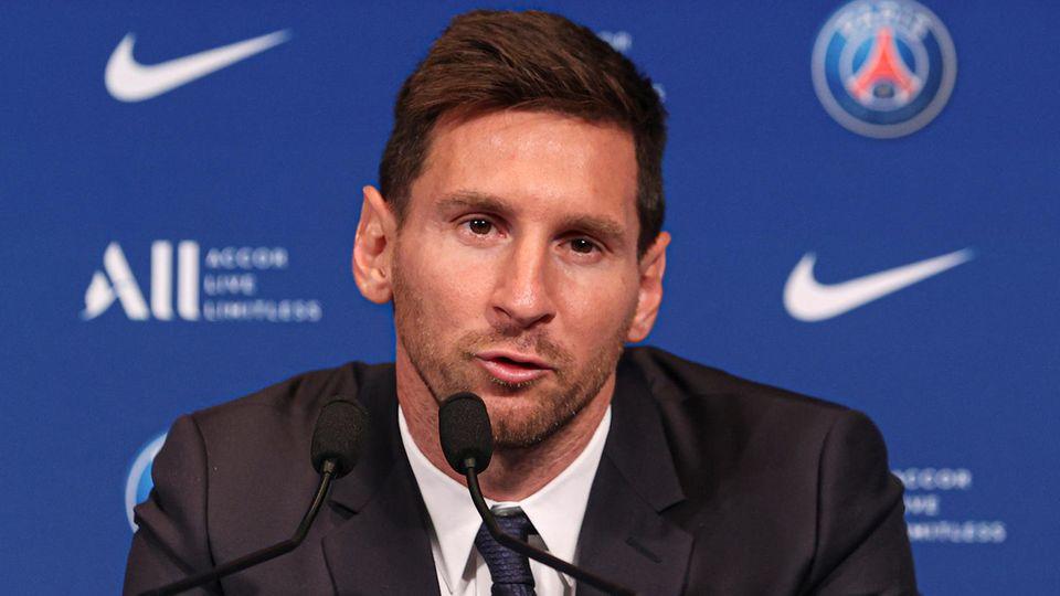 Lionel Messi während seiner ersten Pressekonferenz für seinen neuen Arbeitgeber Paris Saint-Germain