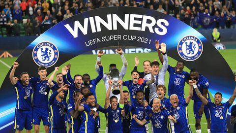 Thomas Tuchel feiert mit seinen Chelsea-Spielern denSieg im europäischen Supercup gegen Villareal