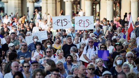 Menschen nehmen an einer Demonstration gegen die Änderung des Rundfunkgesetzes teil