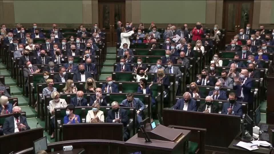 Streit in der Regierungskoalition: Polnisches Parlament stimmt umstrittenem Mediengesetz zu – Ermahnung aus Washington